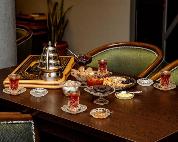 Traditionelle aserbaidschanische tee-setup mit marmelade, dessert und nüssen