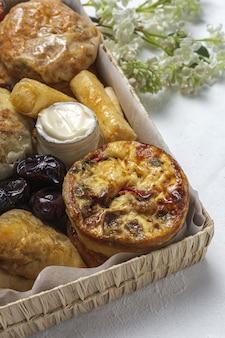 Traditionelle auswahl an arabischen snacks mit mandeln und datteln. marokkanisches essen. street food-konzept