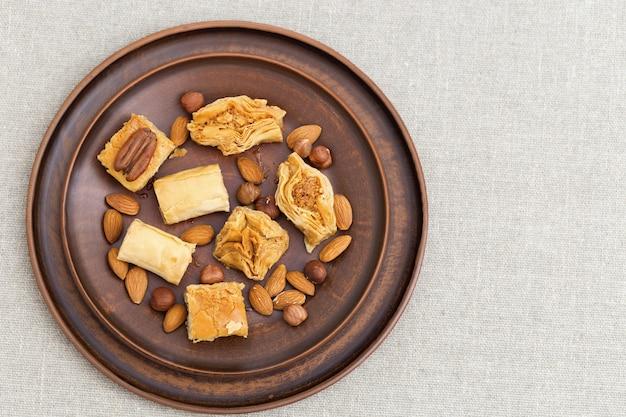 Traditionelle auswahl an orientalischen süßigkeiten mit gehackten nüssen und honig.