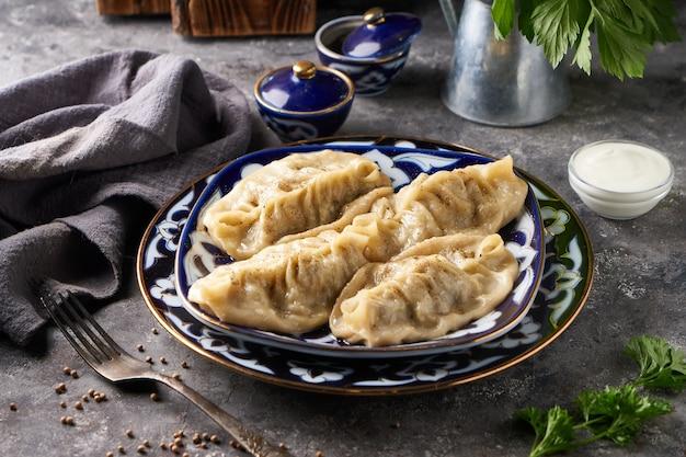 Traditionelle azian manti, knödel mit hackfleisch