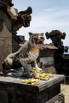 Traditionelle balinesische opfergaben an die götter in bali mit blumen und aromatischen stäbchen.