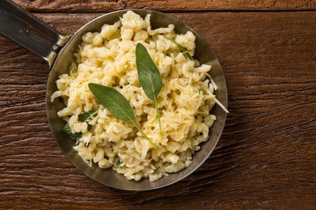 Traditionelle bayerische spatzle oder gekochte eiernudeln.