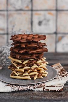 Traditionelle belgische waffeln mit kakao auf holz