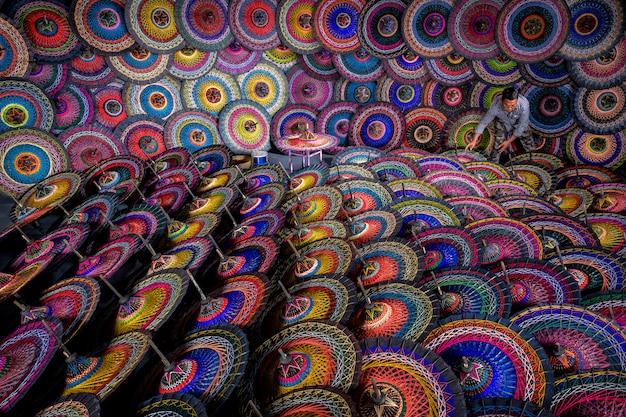 Traditionelle birmanische regenschirme. bunte regenschirme am traditionellen straßenmarkt in bagan, myanmar (burma). farbige birmanische regenschirme. schöne mehrfarbige regenschirme aus burma.