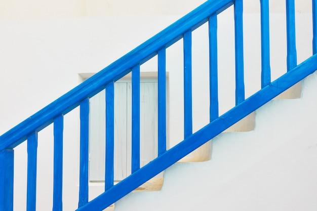 Traditionelle blaue treppe mit holzgeländer auf der insel myconos, griechenland