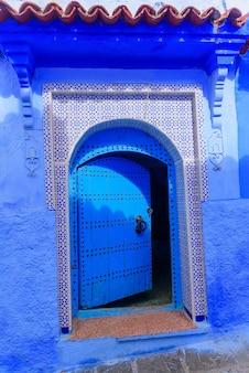 Traditionelle blaue tür in der alten medina von chefchaouen