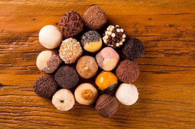 Traditionelle brasilianische süßigkeiten - brigadeiros - über holzoberfläche