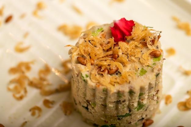 Traditionelle chinesische bankettgerichte, garnelen gemischt mit reisbällchen