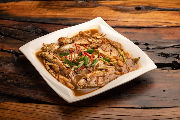 Traditionelle chinesische bankettgerichte, gekochter seefisch mit gelber soße