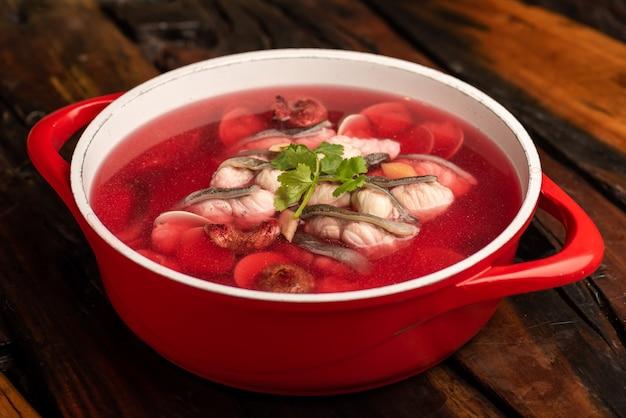 Traditionelle chinesische bankettgerichte, reine fischsuppe mit roten pilzen