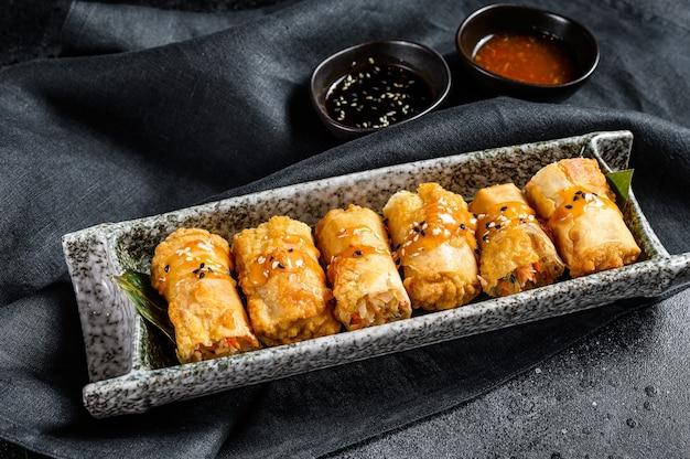 Traditionelle chinesische gemüsefrühlingsrollen. vegetarisches essen