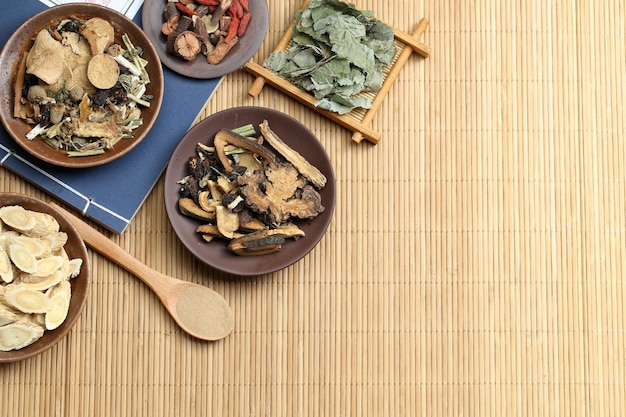 Traditionelle chinesische medizin auf bambus schreibtisch