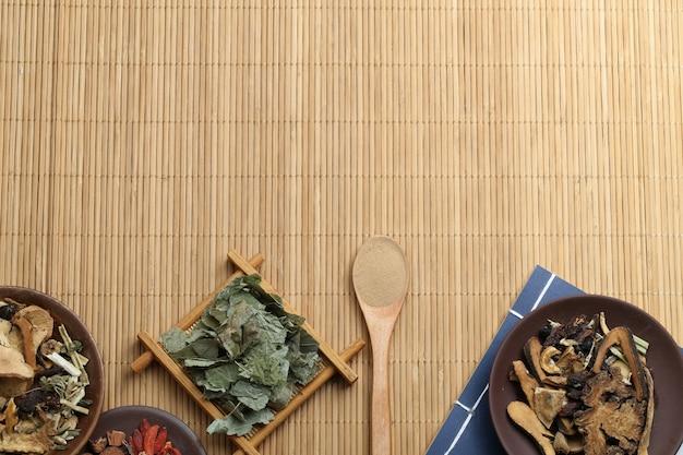 Traditionelle chinesische medizin und alte medizinische buch auf bambus