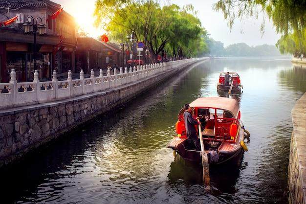 Traditionelle chinesische touristenboote auf peking
