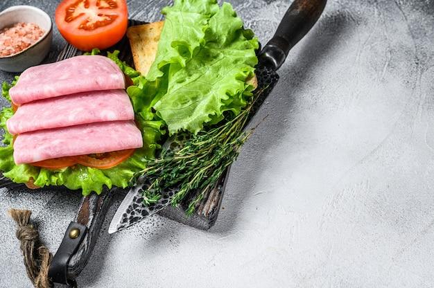 Traditionelle club sandwiches mit putenschinken, käse, tomaten und salat. draufsicht.