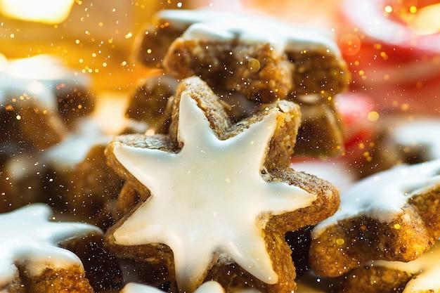 Traditionelle deutsche weihnachtsplätzchen-haus gebackene glasierte zimt-stern-funkelnde girlande