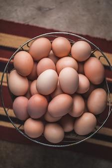 Traditionelle eier auf korb