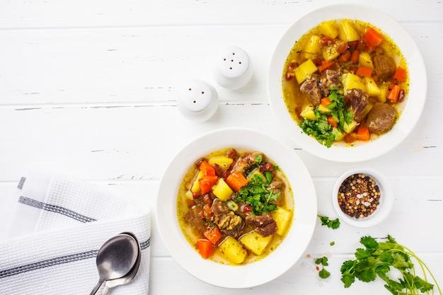 Traditionelle eintopfsuppe mit fleisch, bohnen und gemüse