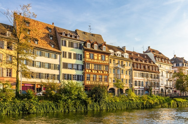 Traditionelle elsässische gebäude über dem fluss ill in straßburg