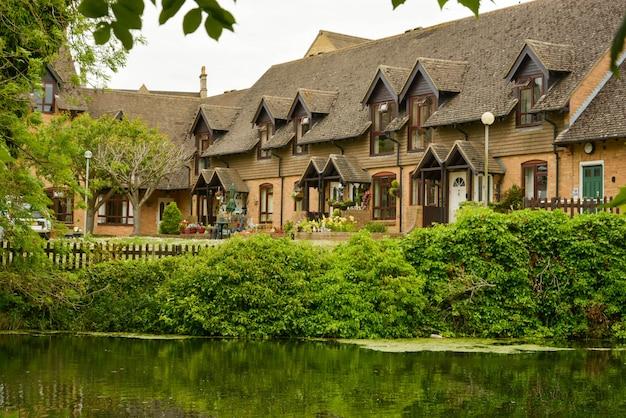Traditionelle englische wohnhäuser entlang des flusses.