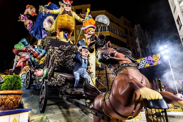 Traditionelle fallas, farbenfrohe monumente, die in der nacht von san jose zum verbrennen geschaffen wurden.