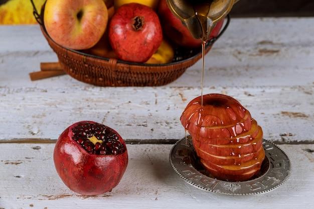 Traditionelle feiertagssymbole des honigs, des apfels und des granatapfels rosh hashanah jewesh feiertag