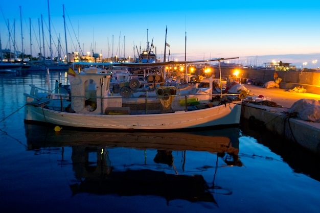 Traditionelle fischerboote des sonnenuntergangs in formentera