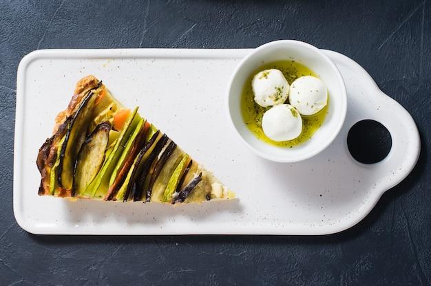 Traditionelle französische ratatouille, ziegenkäse in gewürzen und olivenöl.