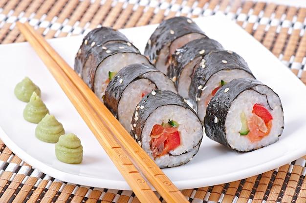 Traditionelle frische japanische sushi-rollen