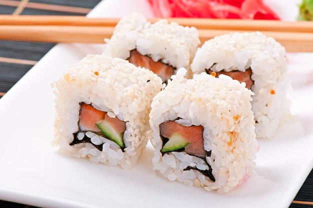 Traditionelle frische japanische sushirollen