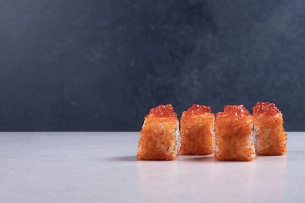Traditionelle frische sushi-rollen auf weißem hintergrund.