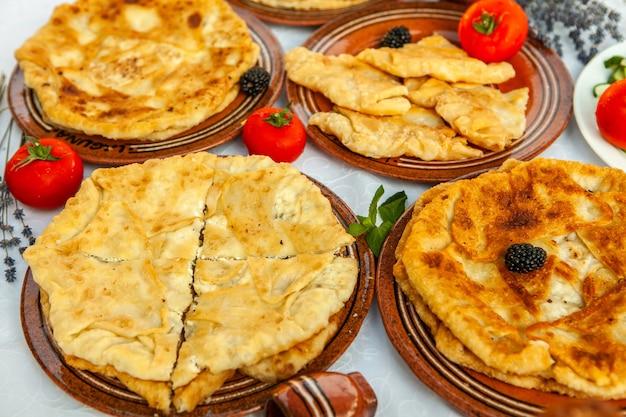 Traditionelle frittierte pasteten aus rumänien mit kartoffeln, käse und kohl rumänisches essen