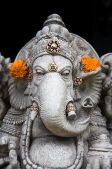 Traditionelle ganesha-statue in ubud auf bali-insel