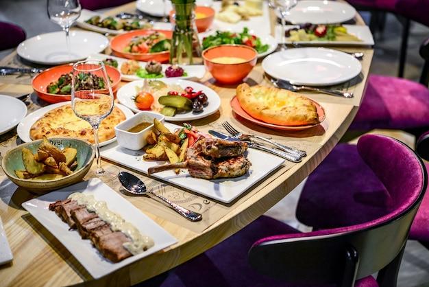 Traditionelle georgische küche und essen - khinkali, chahokhbili, phali, lobio und lokale saucen