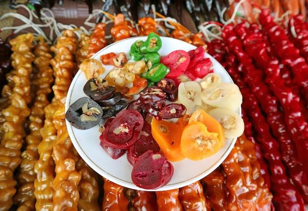 Traditionelle georgische süßigkeiten, genannt churchkhela oder churchela