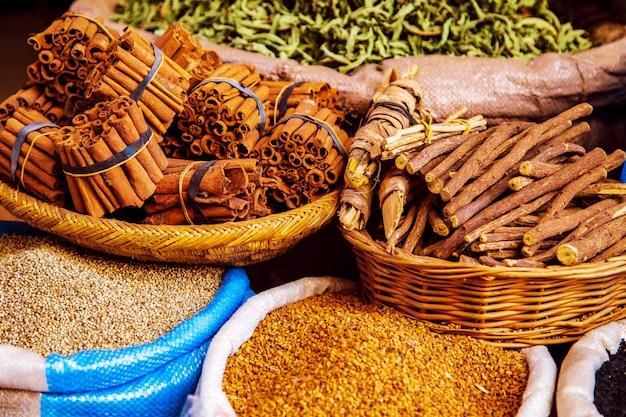 Traditionelle gewürze und kräuter auf einem markt in marokko.