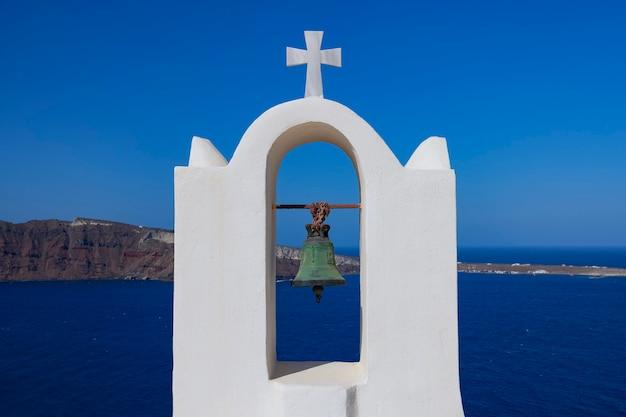 Traditionelle glocke in oia, santorini, griechenland