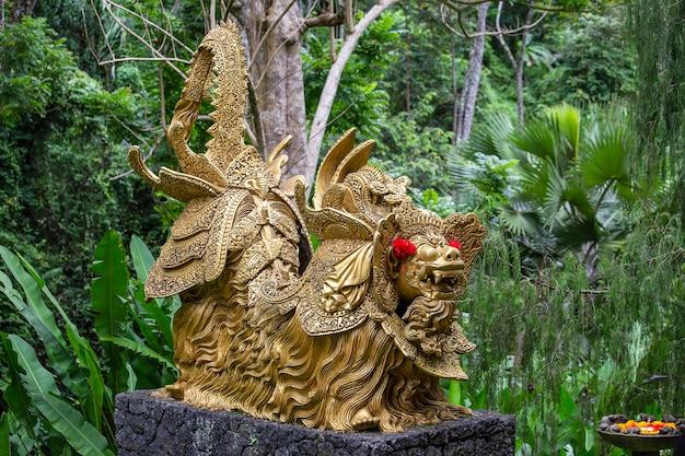 Traditionelle goldene steinskulptur im garten. insel bali, ubud, indonesien. nahaufnahme