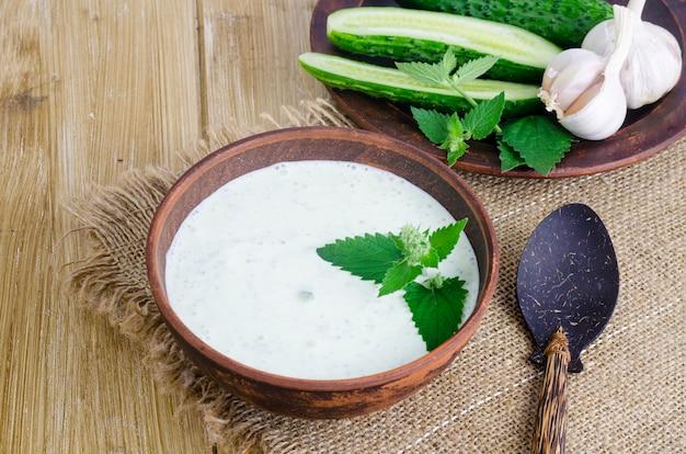 Traditionelle griechische dip-sauce oder dressing tzatziki mit geriebener gurke zubereitet