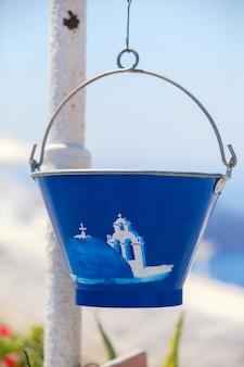 Traditionelle griechische töpfe in den häusern von santorini, griechenland