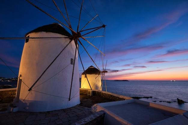 Traditionelle griechische windmühlen auf der insel mykonos bei sonnenaufgang, kykladen, griechenland