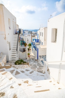 Traditionelle häuser mit blauen türen und fenstern in den schmalen straßen des griechischen dorfs in mykonos, griechenland