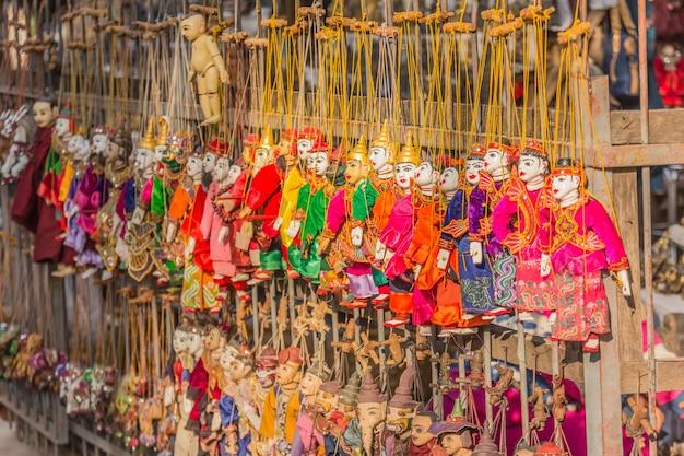 Traditionelle handwerkspuppen werden in einem geschäft in bagan, myanmar, verkauft