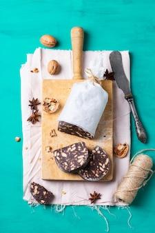 Traditionelle hausgemachte italienische dessert weihnachtsschokolade salami