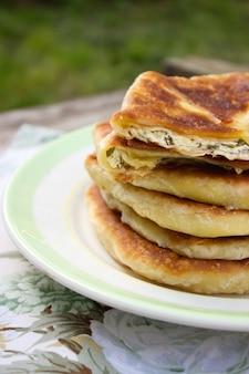 Traditionelle hausgemachte rumänische und moldauische torten - placinta. rustikaler stil, selektiver fokus.