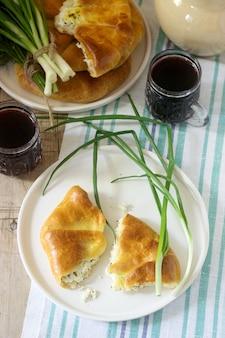 Traditionelle hausgemachte rumänische und moldauische torten - placinta, serviert mit wein. rustikaler stil.