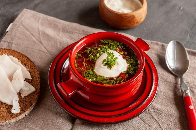Traditionelle hausgemachte russische rote-bete-suppe borschtsch
