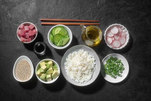 Traditionelle hawaiianische poke bowl zubereitet mit thunfisch