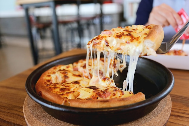 Traditionelle heiße käsepizza auf wanne.