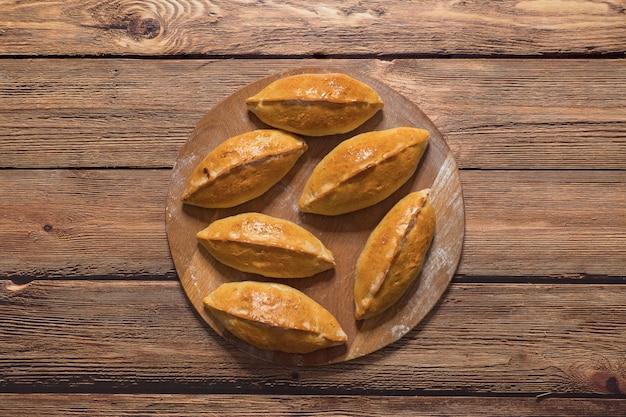 Traditionelle heiße russische pastetchen mit kohl. draufsicht.